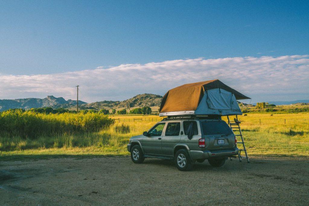 Auto terenowe z namiotem dachowym w otoczeniu natury